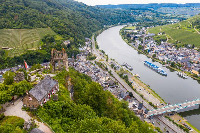 Schloss Grevenburg mit Blick auf das Moseltal: Von der Ruine in Traben-Trarbach hast du einen atemberaubenden Ausblick.