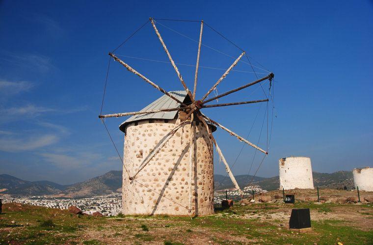 An der Küste der Halbinsel Bodrum finden Urlauber viele alte Windmühlen.