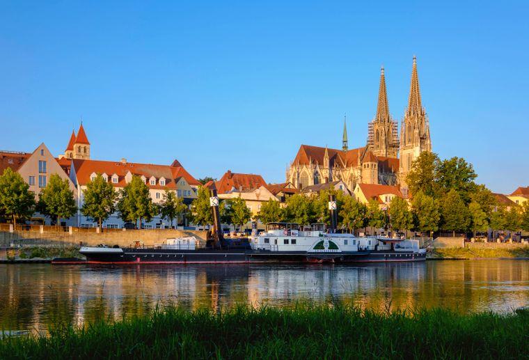 Die Donau vor der Altstadt von Regensburg.