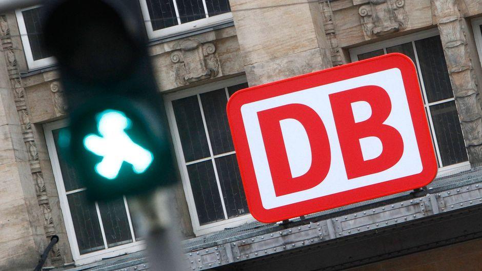 Logo der Deutsche Bahn hinter einer grünen Fußgängerampel am Hauptbahnhof Leipzig, Sachsen, Deutschland. (Symbolbild)