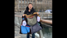 "Lee Cimino zeigt stolz seinen ""Ryanair-Gepäckmantel"" – den er jetzt versteigert."