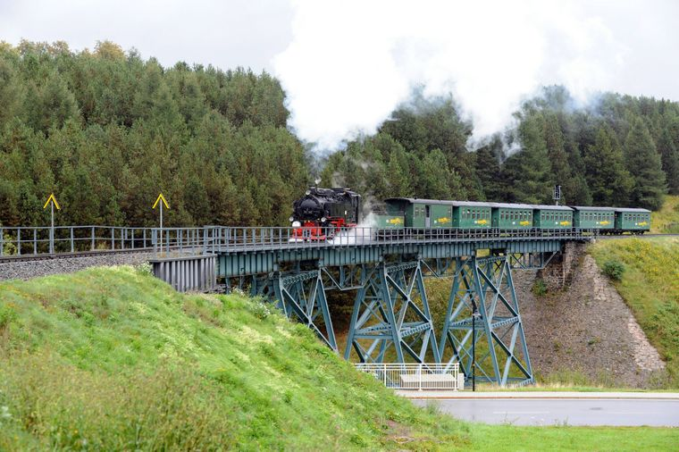 Dampflok Fichtelbergbahn auf Hüttenbachviadukt.