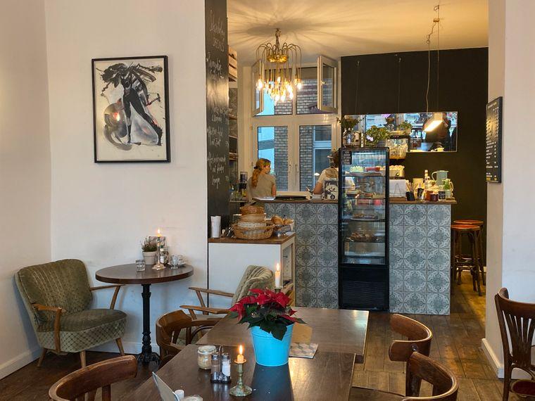 Das Café Schwesterherz liegt direkt auf der belebten Venloer Straße und sticht hervor durch seinen gemütlichen Einrichtungsstil.