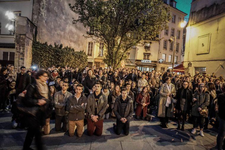 Zahlreiche Menschen versammelten sich überall in Paris. Sie beteten und sangen gemeinsam.
