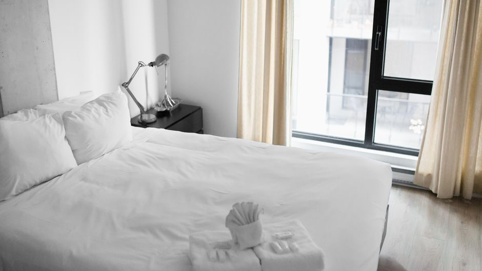 Auf einem Bett drapierte Handtücher.