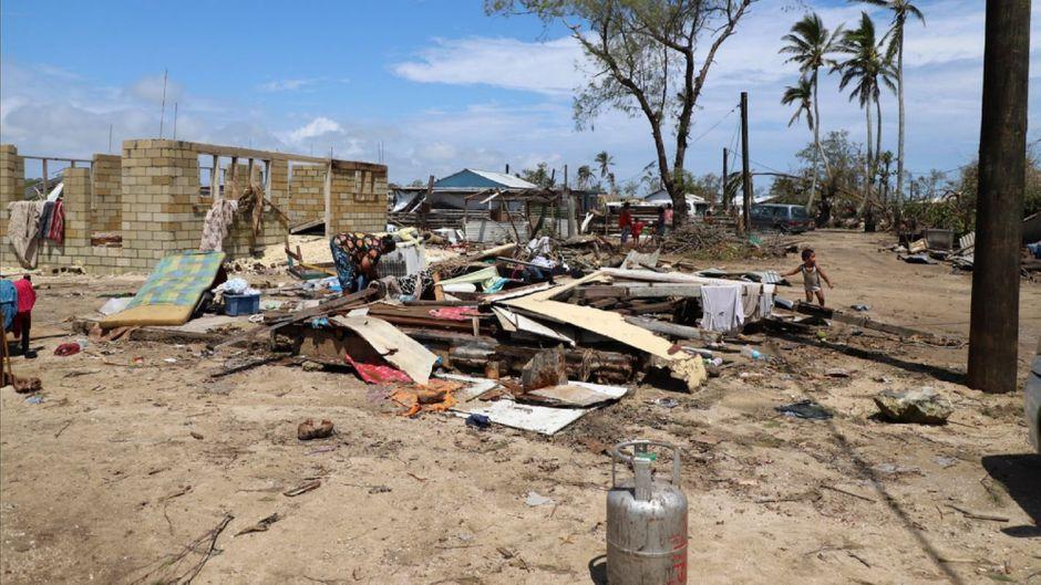 Der Wirbelsturm Mitte Februar hatte auf Tonga viele Dächer abgedeckt, Strommasten geknickt und Überschwemmungen verursacht.