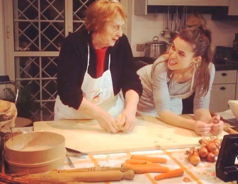 Nonna Nerina und Enkelin Chiara sind voll in ihrem Element beim Nudelnmachen.