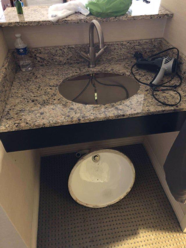 Das Waschbecken ist aus der Halterung gefallen.