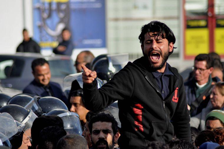 In der tunesischen Hauptstadt Tunis finden immer wieder Proteste statt, die in gewaltsamen Ausschreitungen enden.
