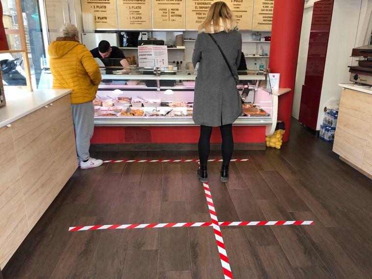 Abstand halten! Begrenzungen zeigen, wo Menschen beim Einkaufen stehen müssen.