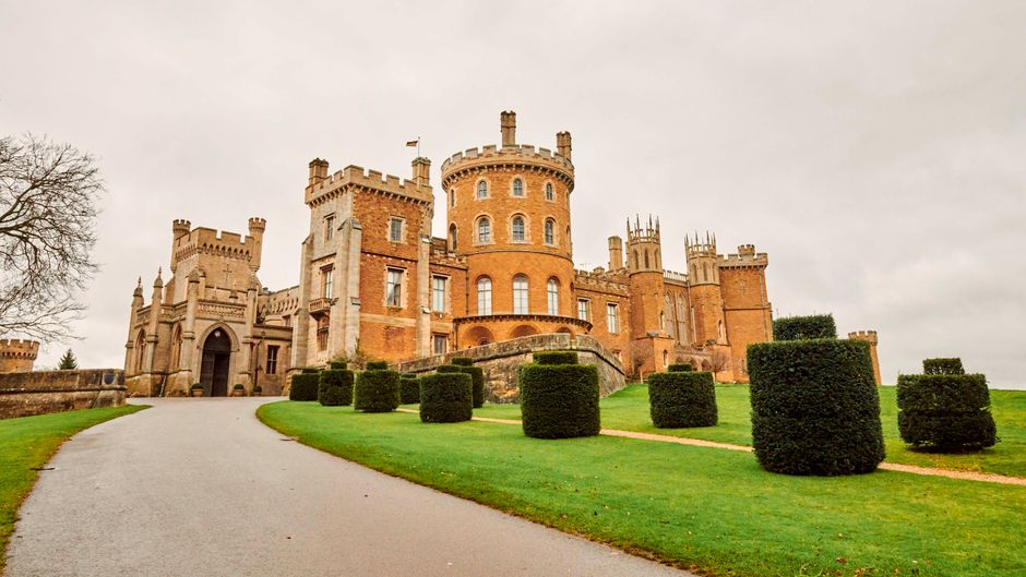 """Das Schloss stammt aus dem elften Jahrhundert; seit dem 16. Jahrhundert ist es der Familiensitz des Herzogs und der Herzogin von Rutland. Auch andere Blockbuster, darunter der """"Da-Vinci-Code – Sakrileg"""", wurden hier gedreht."""