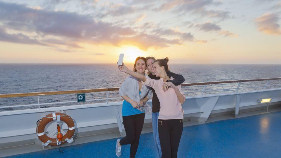 Ein Selfie machen und an die Familie zu Hause schicken: Das kann auf Kreuzfahrten extrem teuer werden.