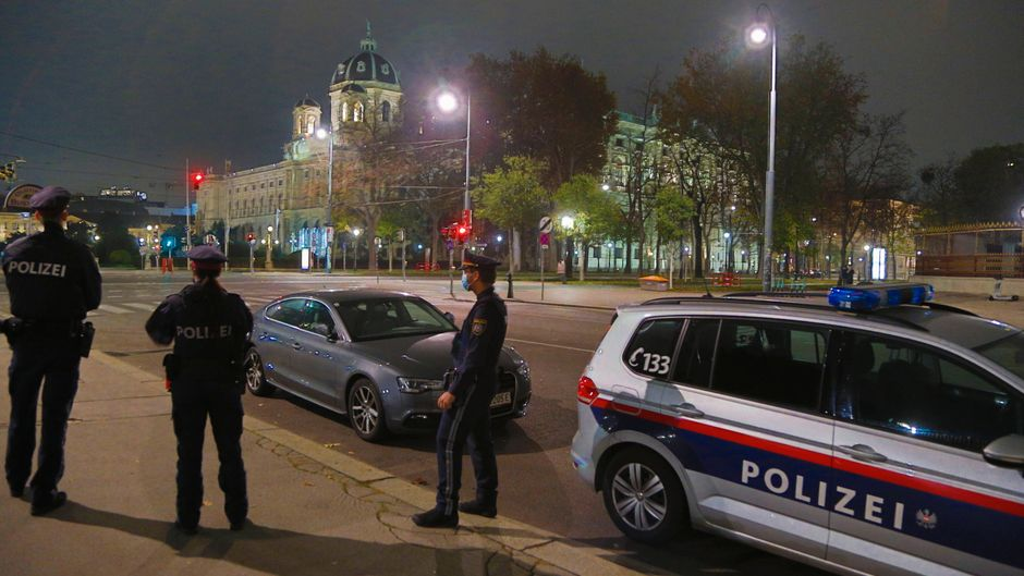 Wien vor dem zweiten harten Lockdown – eine Polizeistreife steht am Ring zur Kontrolle der Ausgangsbeschränkung.