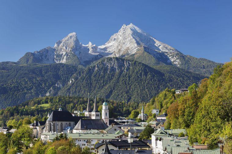 Blick über das wunderschöne Berchtesgaden zum Watzmann, mit der Stiftskirche St. Peter und dem Königlichen Schloss im Vordergrund.