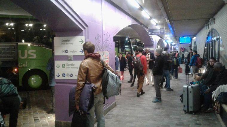 """Der Moment, als Sebastian am Bus-Bahnhof Bercy aus dem Flixbus steigt. """"Ich fasse es immer noch nicht"""", schreibt er dazu."""