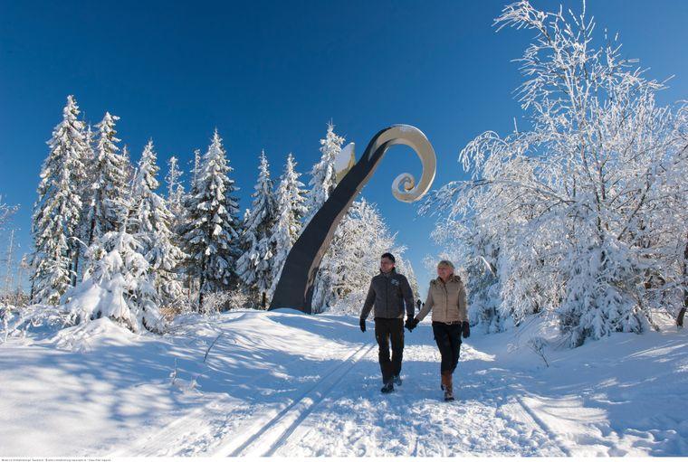 """Entlang des Waldskulpturenwegs im Sauerland stehen elf großformatige Kunstwerke. Dazu gehört auch """"Der Krummstab""""."""