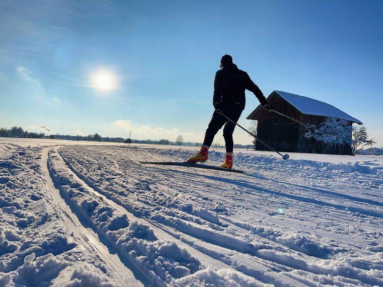 Der Sonne entgegen: Ein Langläufer fährt in einer Loipe im bayerischen Allgäu.