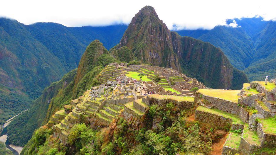 Touristen in der peruanische Inkastadt Machu Picchu