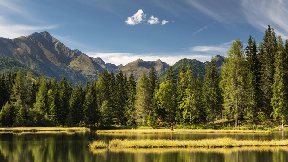 Beim Wasserscheibenschießen am Schattensee wird vom einen Ufer des spiegelnden Sees aus auf das Spiegelbild der am anderen Ufer aufgestellten Zielscheibe geschossen.