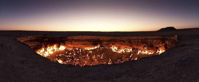 """Das """"Tor zur Hölle"""", der Krater von Derweze in der Wüste in Turkmenistan."""