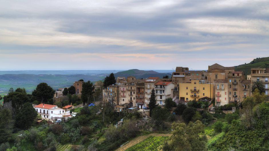 Blick auf den sizilianischen Ort Salemi – dort kann man Häuser ab einem Euro ersteigern.