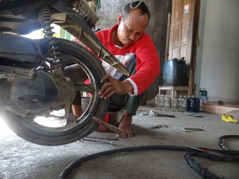 Und schon ist der Reifen wieder heile. Hari wünscht gute Fahrt.