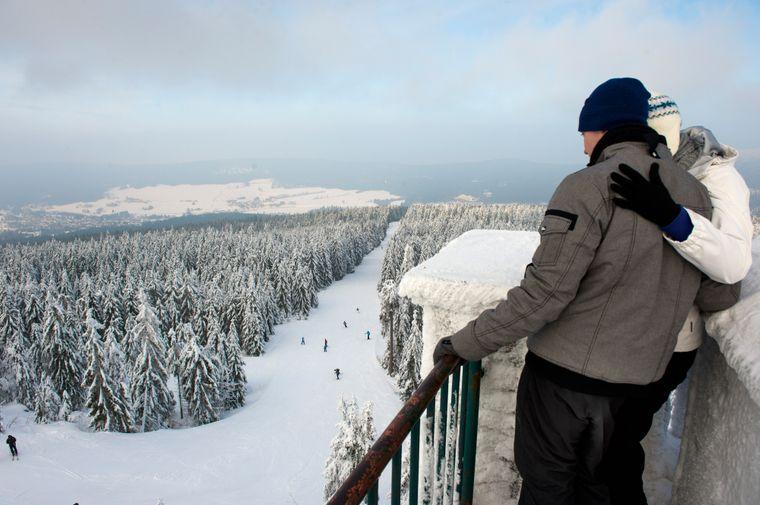 Vom 1024 Meter hohen Ochsenkopf bietet sich ein wunderbarer Panoramablick auf die verschneite Landschaft.