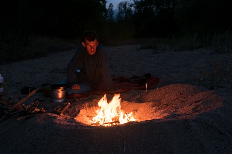 Lukas am nächtlichen Lagerfeuer.