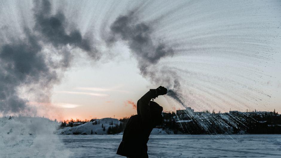 Wenn du bei minus 30 Grad heißes Wasser in die Luft wirfst, verwandelt es sich augenblicklich in Schnee und Eis, wie hier im kanadischen Yellowknife.