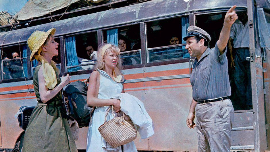 Zwei Frauen vor einem Bus, vermutlich in den 1960er-Jahren. (Symbolbild)