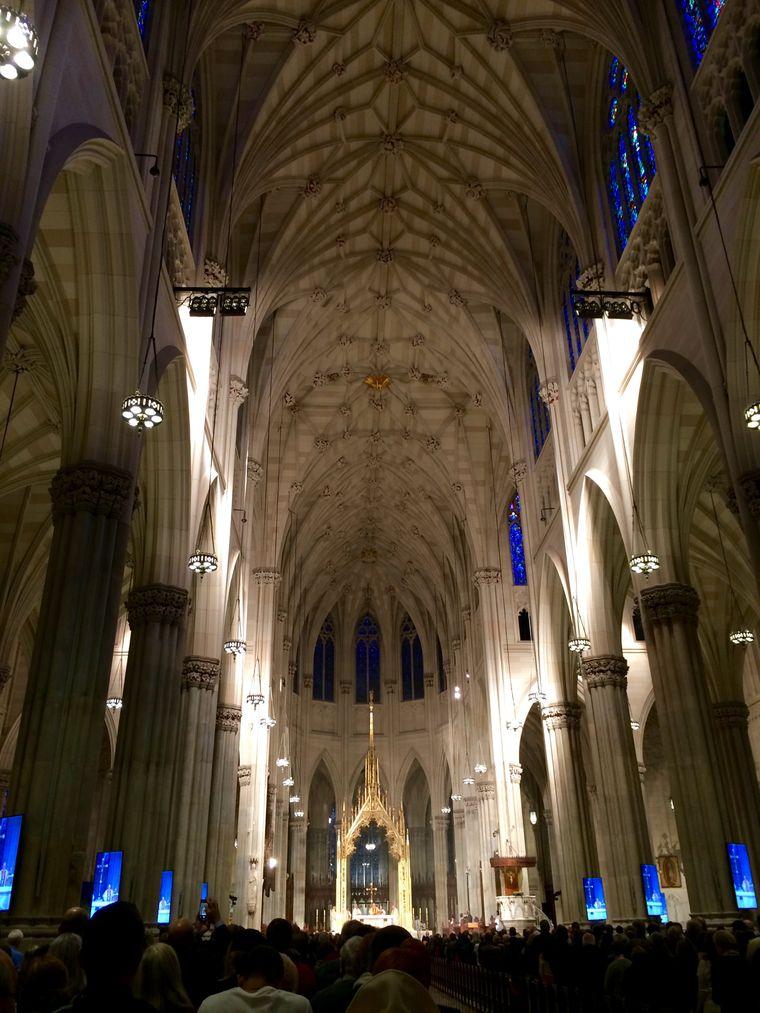 Volles Haus: Gottesdienst mit dem Erzbischof von New York in der Saint Patrick's Cathedral.