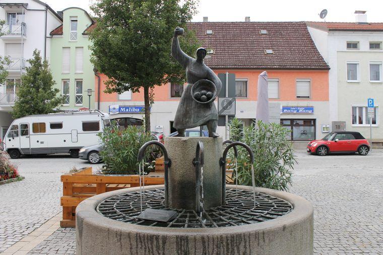 Eine Frau soll im 13. Jahrhundert feindliche Truppen mit einem Knödel verjagt haben. Der Frau wurde ein Denkmal gesetzt, das du in Deggendorf bewundern kannst.