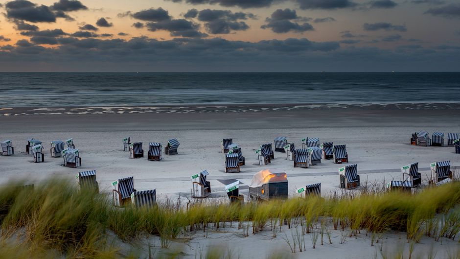 Einer der Strandkörbe sieht anders aus... Richtig: Im XXL-Strandkorb mit Dach kannst du übernachten! Diese gibt es an verschiedenen Orten in ganz Ostfriesland.
