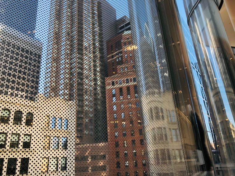 Die Glasfassade von Nordstrom von innen.