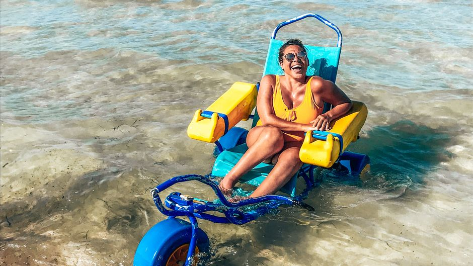 Kleine Abkühlung für Kim auf Mallorca in einem Rollstuhl-Gefährt fürs Meer.