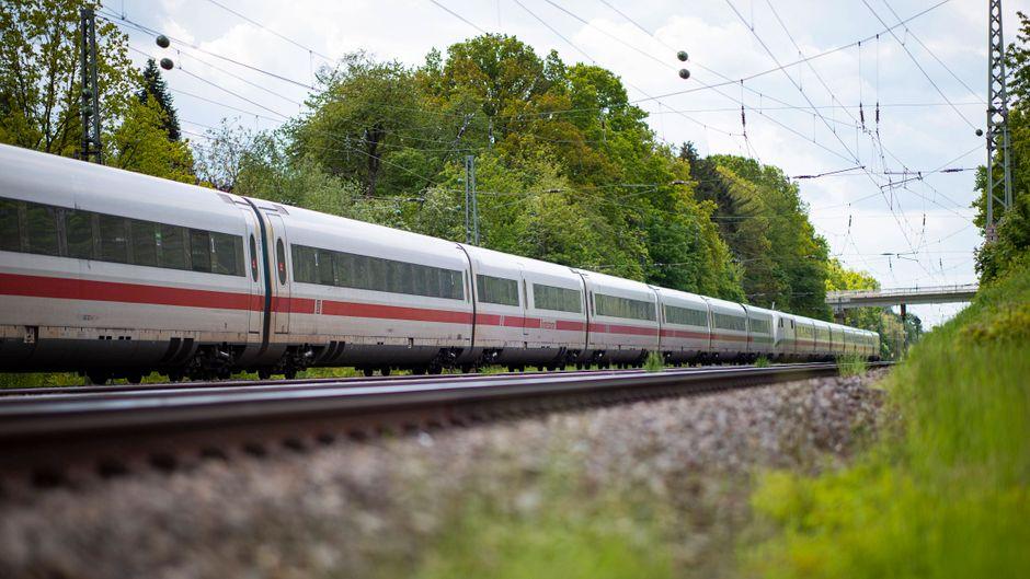 Entspannt reisen mit der Bahn: Keine Hektik, kein Stau und unterwegs einfach mal die Landschaft genießen.