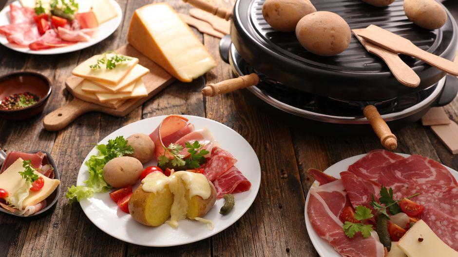 Steht an Heiligabend oder Weihnachten wieder Raclette an? Wir liefern dir Ideen für Rezepte, mit denen du dir Urlaub ins Pfännchen holst. Foto: imago images/margouillat