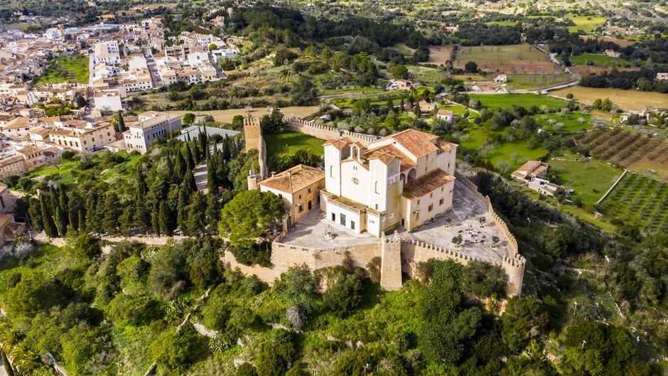 Das Kloster Santuari de Sant Salvador: Eine von vielen tollen Sehenswürdigkeiten, die du von El Arenal aus erkunden kannst.