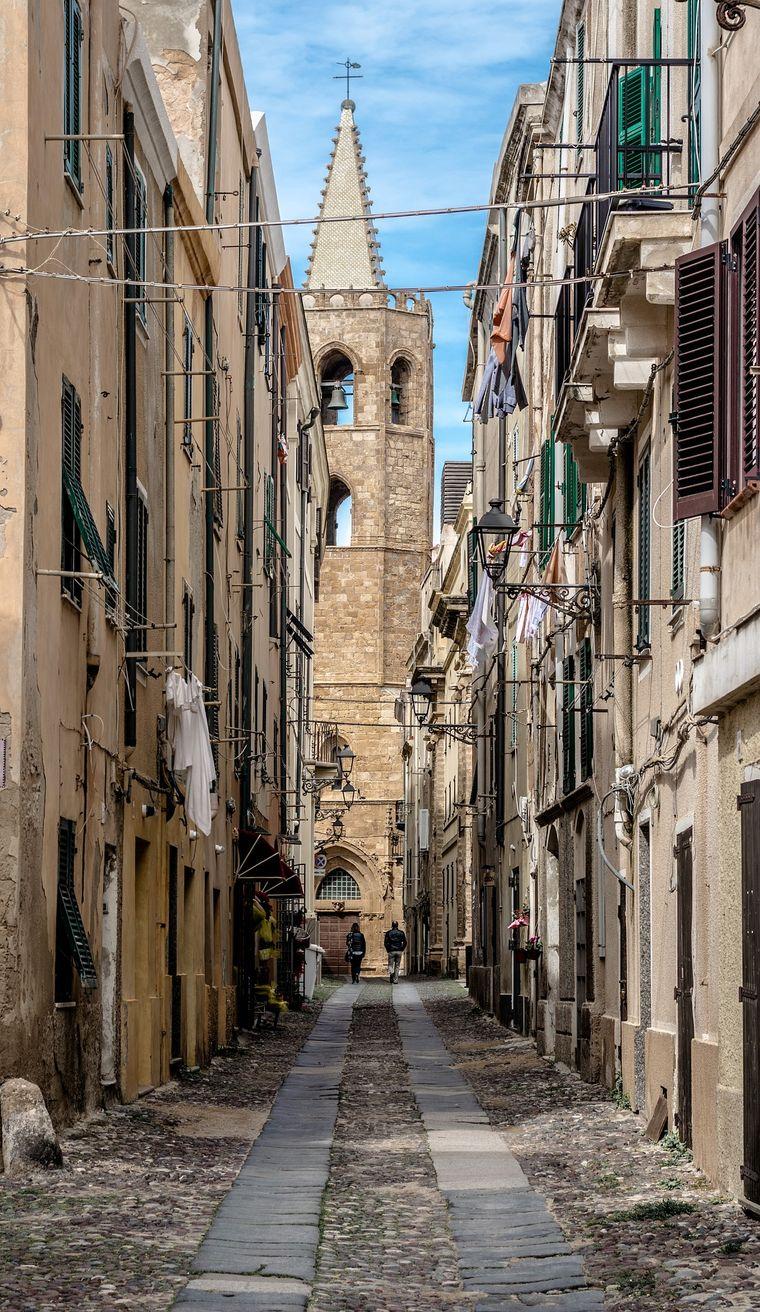 Gasse in der Altstadt von Alghero, Sardinien.