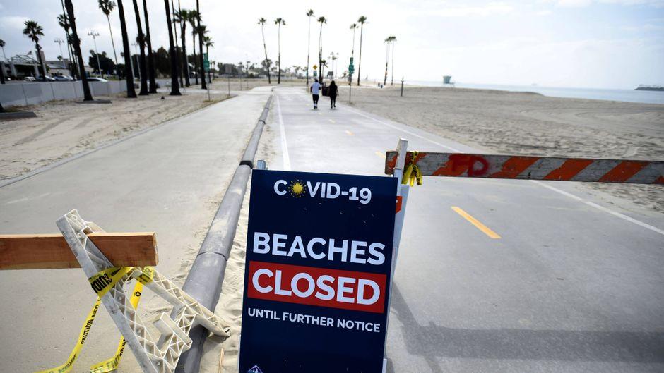 Ein wegen der Corona-Krise gesperrter Strand. Viele Menschen sorgen sich um ihren Sommerurlaub.
