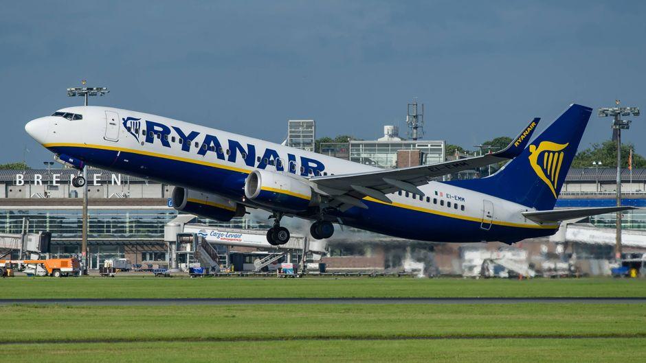 Eine Boeing 737-800 der Ryanair hebt am City Airport Bremen ab
