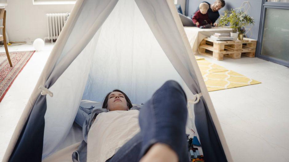 Fra entspannt im Zelt in der Wohnung. (Symbolbild)