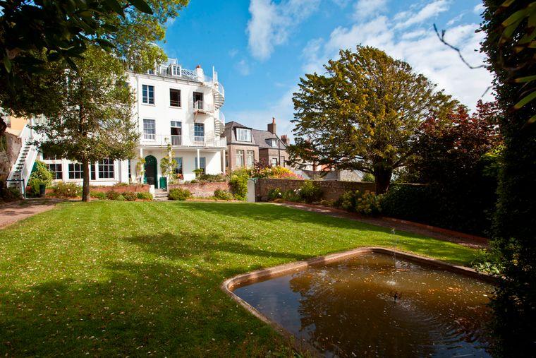 Im stattlichen Hauteville House mit seinem großen Garten in Saint Peter Port lebte der Schriftsteller Victor Hugo aus Frankreich fast 15 Jahre lang im Exil.