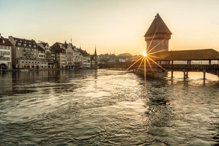 Lass deine Seele baumeln und genieße den Sonnenaufgang am Vierwaldstättersee über der Kappelbrücke in Luzern.