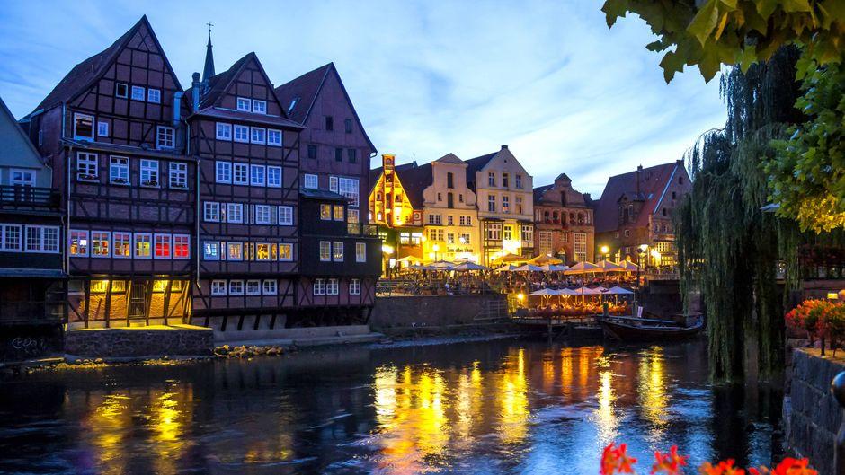 Die Altstadt von Lüneburg in der Abenddämmerung.