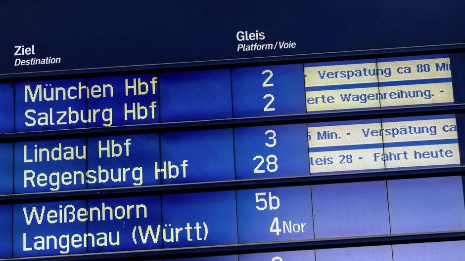 Infotafel am Hauptbahnhof Ulm mit zahlreichen Verspätungen und Gleisverlegungen.