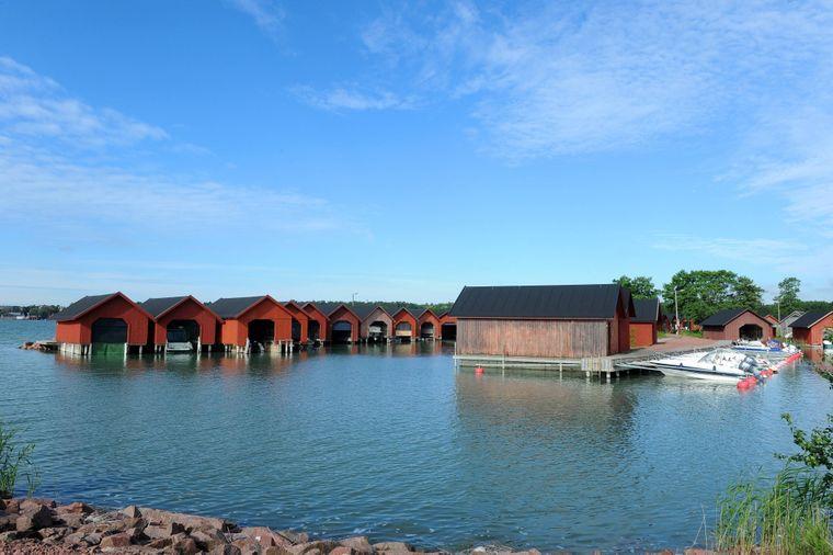 Rote Häuschen für Boote auf einer der Aland-Inseln.