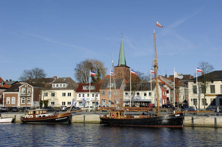 Im historischen Hafen von Neustadt in Holstein gibt es immer etwas zu bestaunen