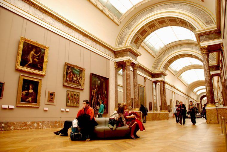 Der Louvre-Palast ist die frühere Residenz der französischen Könige in Paris.