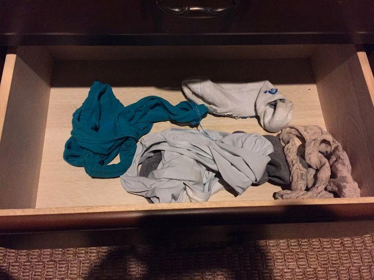Dreckige Unterwäsche in der Schublade.